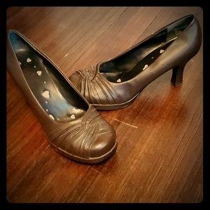 Mudd brown closed toe heels